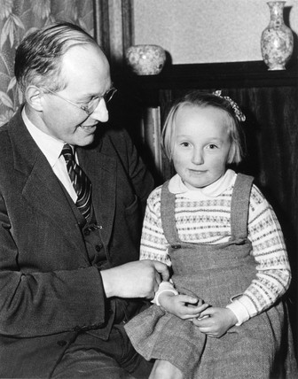 Profesor Ernest Thomas Walton with his daughter, Jean, 20 November 1951.