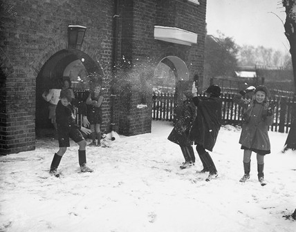 Children throwing snowballs, 19 December 19