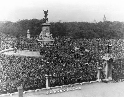 Crowds outside Buckingham Palace celebratin