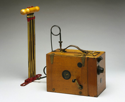 'aeroscope' portable kine camera with hand pump, 1912.