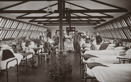 Nurses and wounded British soldiers in a hospital ward, 1914-1918.