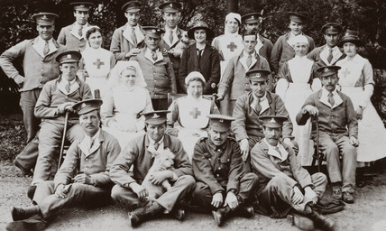 Soldiers and nurses posing in the grounds of a hospital, 1914-1918.