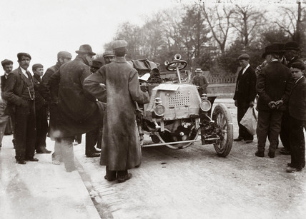 Crowd of men around a motor car during the 1000 Mile Trial, 1900.