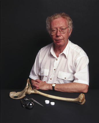 Larry Hench, profesor of ceramic materials at Imperial College, 2001.