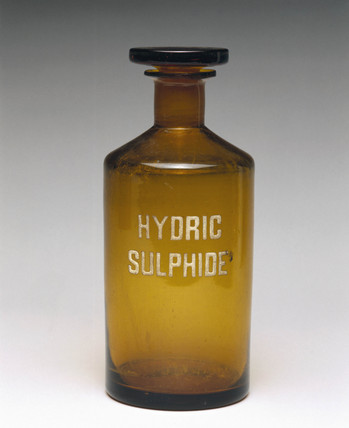 Brown glas reagent bottle labelled 'HYDRIC SULPHIDE', 1940.