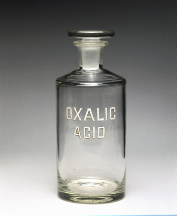 Clear glas reagent bottle labelled 'OXALIC ACID', 1940.