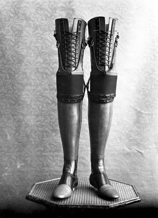 Pair of artificial legs, 1890-1910.