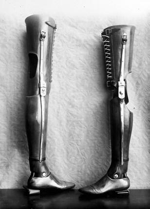 Pair of artificial legs, 1890-1910.