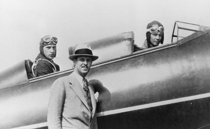 Lindbergh (right), Weick (left) and Hamilton (standing), 1927.