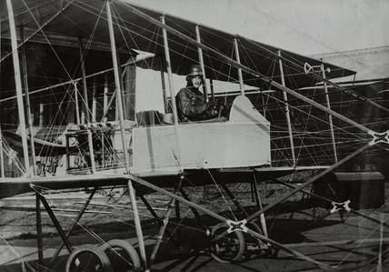 Forward elevator pusher biplane, c 1913.