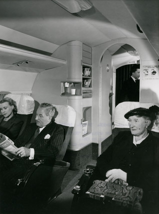 Pasengers in the cabin of a Comet 1 during flight, 1950s.