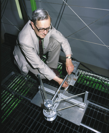 Profesor Pippard with Foucault Pendulum mechanism, 1988.