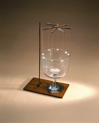 Instrument to demonstrate the vibration of a glas bell, early 19th century.