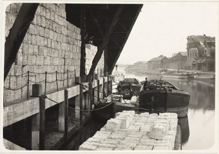 Offloading moist paper pulp from barges to pulpsheds, 1936.