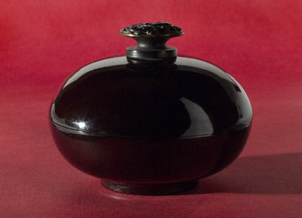 Bakelite powder box, 1921 - 1940.
