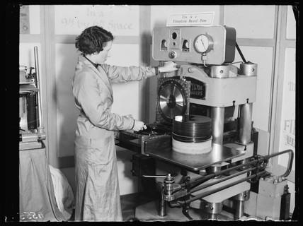 Presing a record, 1932.