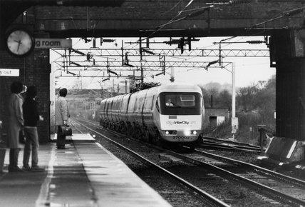 APT going through Acton station, Cheshire, 7 December 1981.