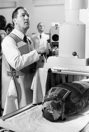 Scientist X-Raying a mummy, 15 january 1979.