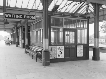 Waiting room at Maidenhead station, 1943.