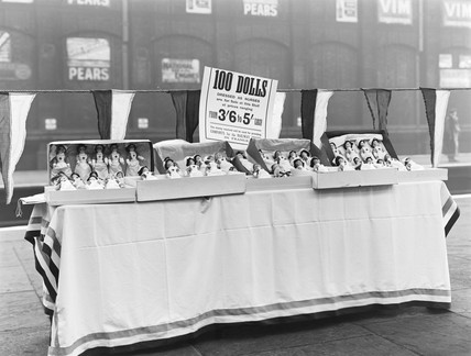 Dolls for sale at Liverpool Exchange Station, 1916.