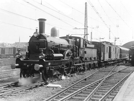 A class PO/1 4-4-0 locomotive leaving Rotterdam Station, Holland, 1932.