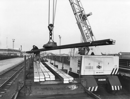 BR road crane with magnet loading steel bars, December 1977.