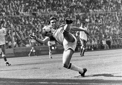 Bryan Robson, British footballer, Bilbao, 1982.