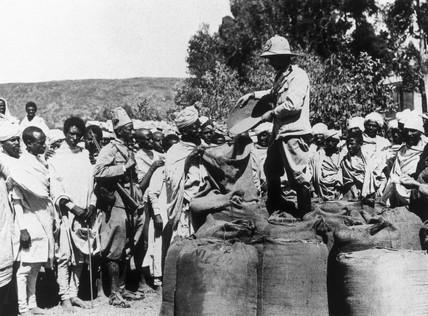 Italian troops distribute grain to Abyssinians, 20 November 1935.