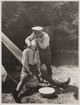 Soldier shaving his companion, First World War, 1914-1918.