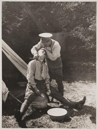 Soldier shaving his companion, First World War, 1914-1918.