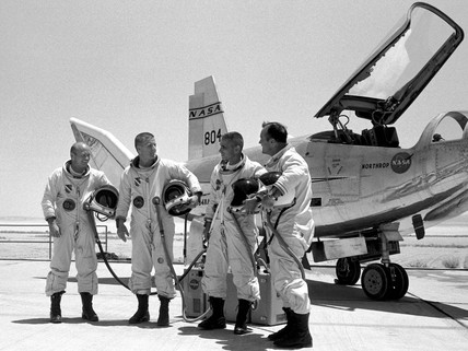 American test pilots by the HL-10 Lifting Body aircraft. (NASA/Science Museum)