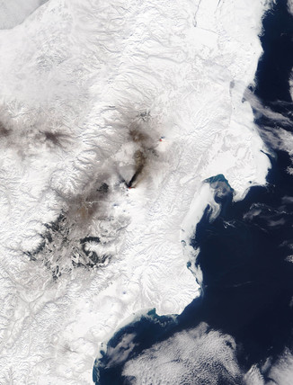Klyuchevskaya volcano erupting, Kamchatka 24 March, 2005.