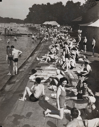 Heat wave scene at Hyde Park, 1937.