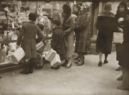 Christmas shopping rush, London, 20 December 1933.