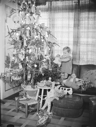Child with a Christmas tree, 1936.