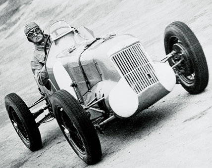 Malcolm Campbell racing at Brooklands (NMeM / Daily Herald Archive / Science & Society)