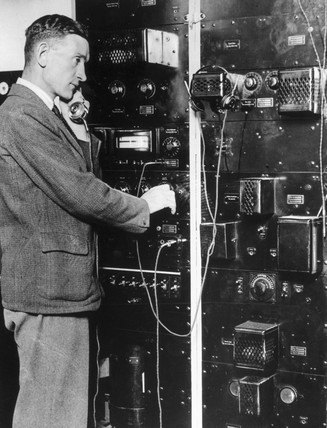 Broadcasting the news on early radio equipm