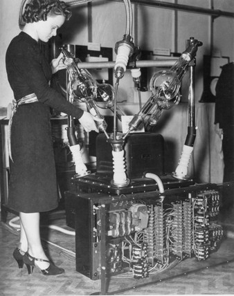 Demonstrating the latest x-ray equipment, 7 December 1938.