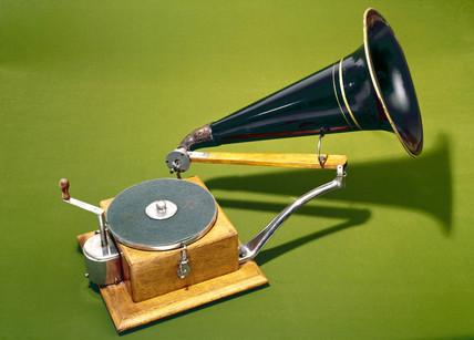 HMV trademark gramophone, 1897.