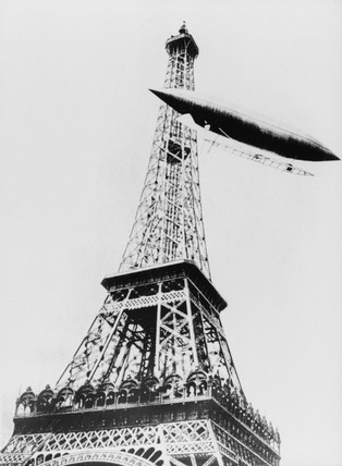 Santos-Dumont rounding the Eiffel Tower.