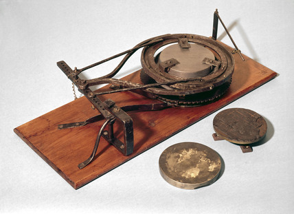 Hand-operated grinding/polishing machine, 1780-1820.