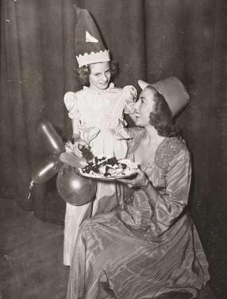 Vera Lynn offering Hester Goldstein a piece of cake, 1949.
