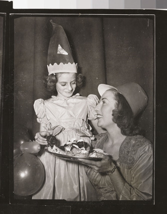 Vera Lynn offering nine-year-old Hester Goldstein a piece of cake, 1949.