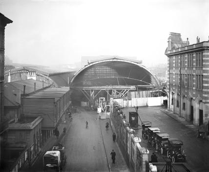 New roof under construction, Paddington Station, London, 1910s.