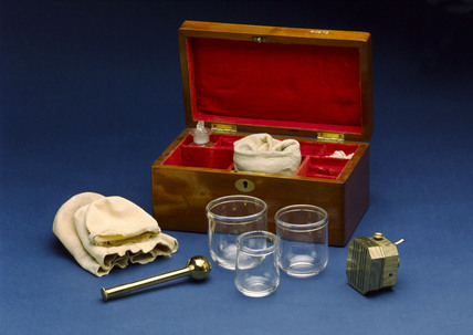 Cupping set, in wooden case, 1860-1930.