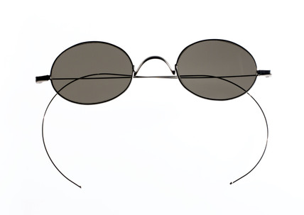 Sunglasses with steel wire sides, 1890-1940.