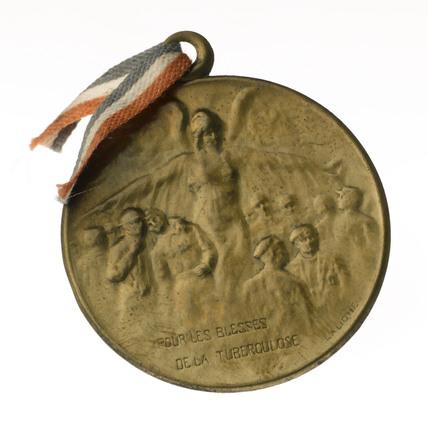 Circular lapel badge, 1915-1917.