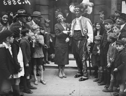 Prince Monolulu and his bride surrounded by crowds, 19 August 1931.