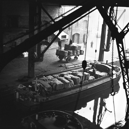 Transferring aluminium ingots to boats, Grand Union Canal, Brentford, 1950.