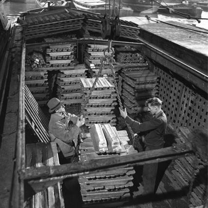 Transferring aluminium ingots to boats, Grand Union Canal, Brentford, 1950.